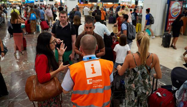 Pasajeros en la estación de Sants de Barcelona durante una nueva jornada de paros en Renfe convocados en dos tramos por el sindicato CGT