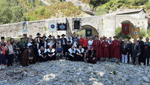 Foto de hermandad de los participantes el XV Capítulo de la Cofradía del Queso de Roncal.
