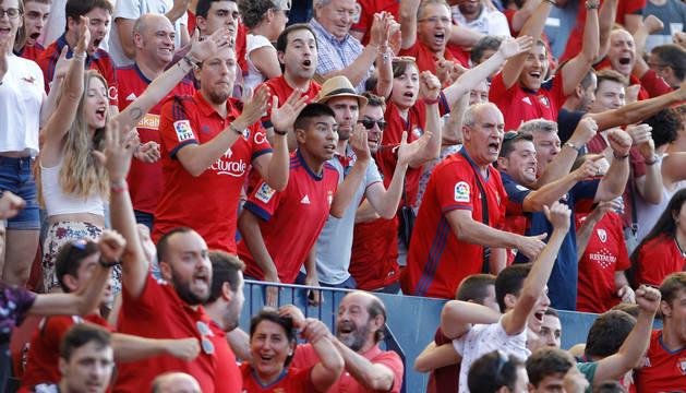 foto de La afición de Osasuna festeja uno de los goles ante el F.C. Barcelona