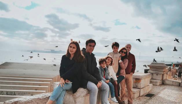 Foto de Xurdana Peña (segunda por la derecha) con sus hijos y marido, Bernardo Campos Pereira (primero por la derecha), en Lisboa. De izquierda a derecha: María, Xavier, Pedro, Vera, Luis, Xurdana y Bernardo.