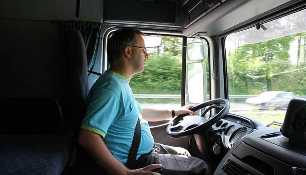Foto de un transportista en el momento de conducir el camión.