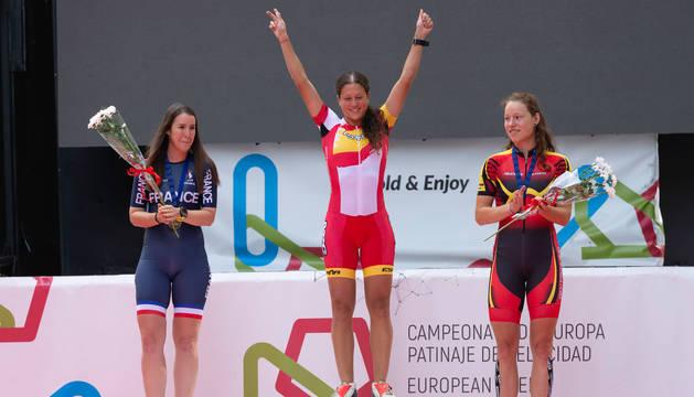 Foto de la patinadora navarra en el podio con la medalla.