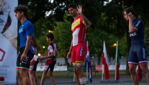 Foto de Ioseba Fernández, antes de subir al podio para recoger el oro en vuelta lanzada.