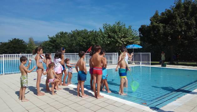 Varios niños participan en uno de los talleres de Teder y Mancomunidad de Montejurra.