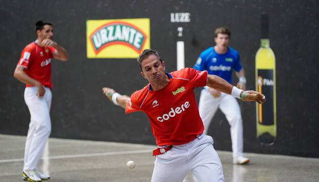 Foto de Aimar Olaizola golpeando a una pelota en presencia de Albisu y Artola este martes en Lekeitio.