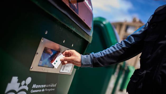 Foto de uno de los contenedores que se abre con tarjeta.