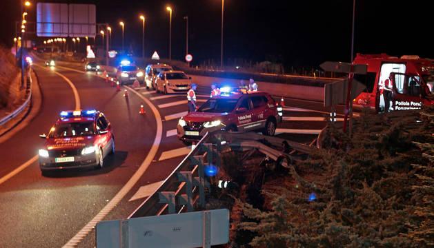 Foto de la Policía Foral atendiendo el accidente mortal ocurrido en julio en Noáin.