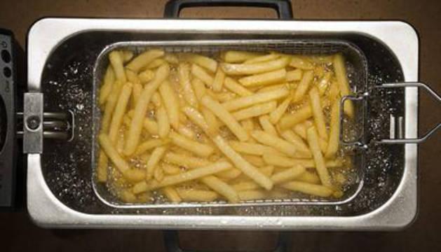 Una freidora con patatas fritas.