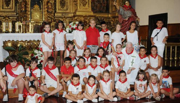 Fotografía de grupo realizada tras la ofrenda floral a Santa Fe.