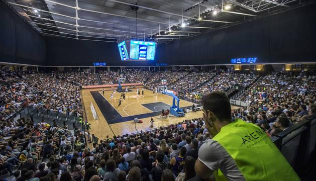Más de 3.000 aficionados acudieron a ver el partido entre el Baskonia y el Tenerife.