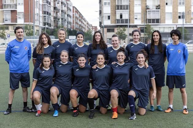 Plantilla (faltaban algunas jugadoras) y entrenadores del Berriozar, en su campo de fútbol.