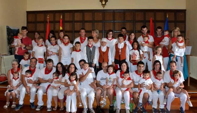 Foto de familia de los niños nacidos en 2018 y la corporación txiki de Lumbier.