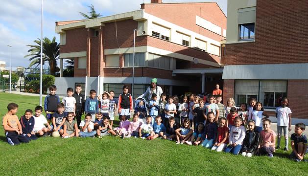 Alumnos de Educación Primaria este jueves, durante el primer recreo de este curso escolar
