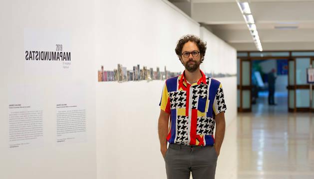 Foto de Andrés Galeano, este jueves, en el edificio El Sario de la UPNA, donde expone su instalación fotográfica 'Einmal ist keinmal' (Una vez no cuenta).