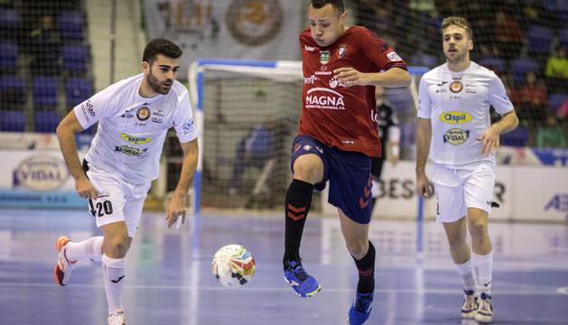 David Pazos y Juninho pelean por un balón en uno de los derbis de la pasada campaña.
