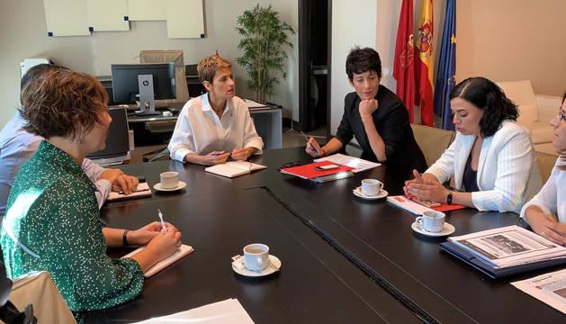 Imagen de un momento de la reunión que han mantenido este jueves María Chivite y el colectivo de madres afectadas por el IRPF.
