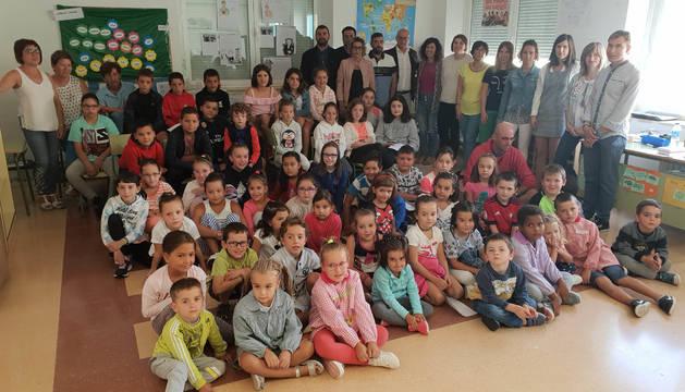 Visita del consejero Carlos Gimeno al colegio público 'La Balsa'de Arróniz.