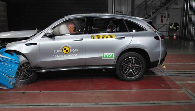 El nuevo Mercedes-Benz EQC, el primer SUV eléctrico de la marca, en la prueba frontal del test de colisión de Euro NCAP.