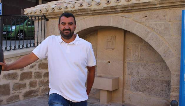 El alcalde de Arróniz, el socialista Ángel Moleón, en La Fuente, un rincón emblemático de la localidad, reformado el año pasado.
