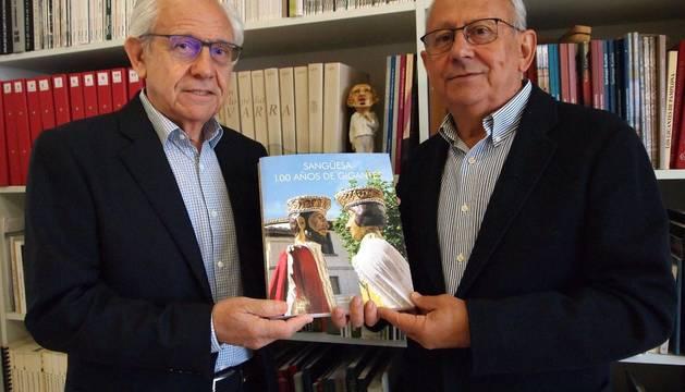 Javier (izda.) y Arturo Navallas Rebolé, con un ejemplar del libro recién salido de imprenta.