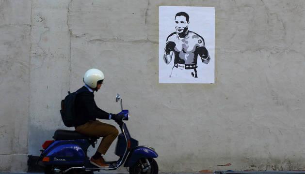 Foto del dibujo con el rostro de Chimy Ávila en un cuerpo de boxeador, pegado en una pared de la avenida Roncesvalles de Pamplona.