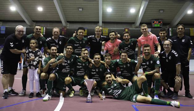 Los jugadores de Osasuna Magna, con el trofeo de la IV Copa Navarra.