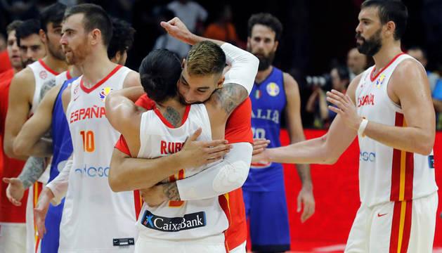 Los jugadores de España Ricky Rubio y Willy Hernángomez tras vencer por 67-60 a Italia.