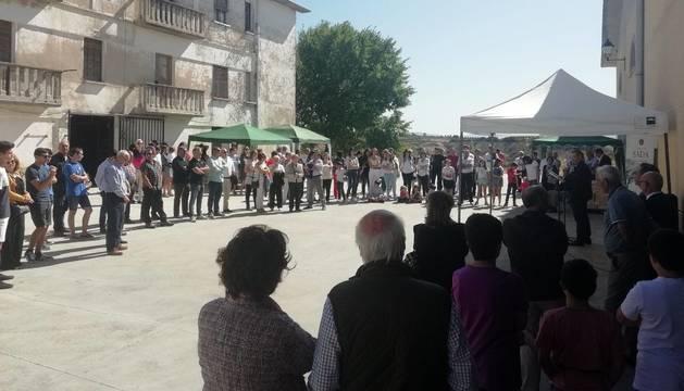 Foto de decenas de personas atienden a los discursos oficiales a las puertas de la Bodega de Sada.