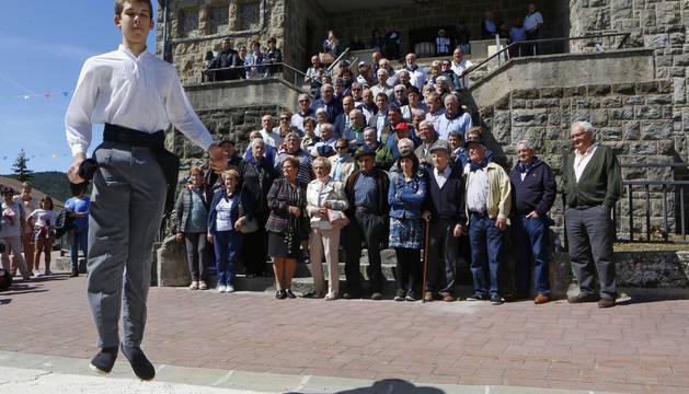 Foto de a la salida de misa se bailó un aurresku en honor a los emigrantes que fueron pastores en América.