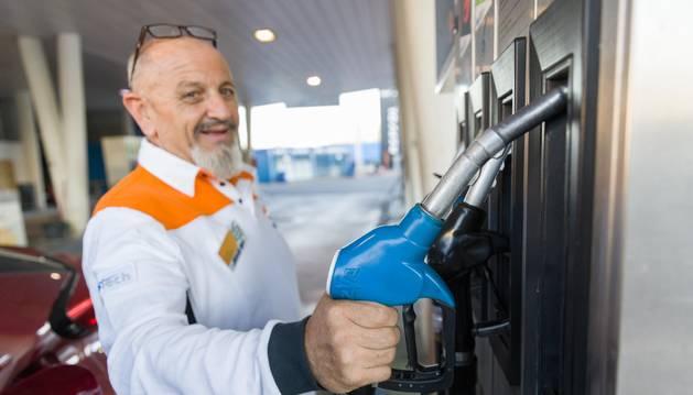 Foto de un empleado de la gasolinera San Rafael de Tudela.