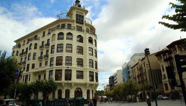 Foto del inicio de la calle Roncesvalles, con el nuevo Zara, en el edificio de la Vasco Navarra.
