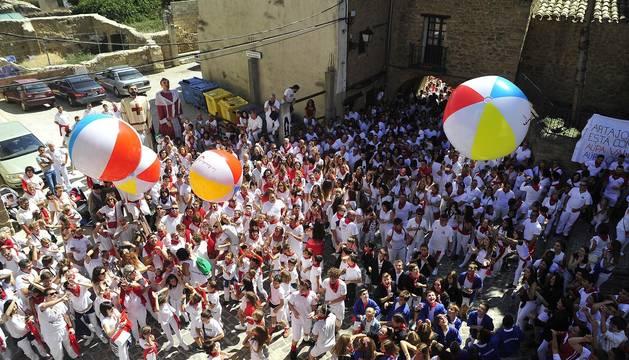 Los artajoneses se congregaron debajo del balcón del ayuntamiento  para recibir las fiestas patronales, en honor a la Virgen de Jerusalén.