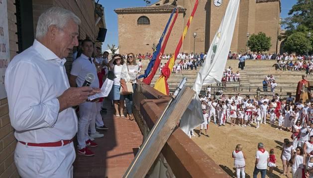 Eduardo Sanz, teniente de alcalde y concejal de Cárcar, fue el encargado de iniciar las fiestas en honor a la Santa Cruz