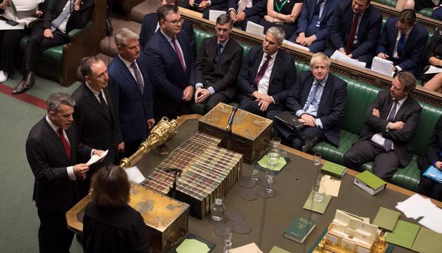 El Parlamento británico, con Boris Johnson en el centro.