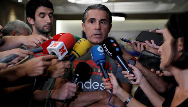 Sergio Scariolo atiende a los medios.