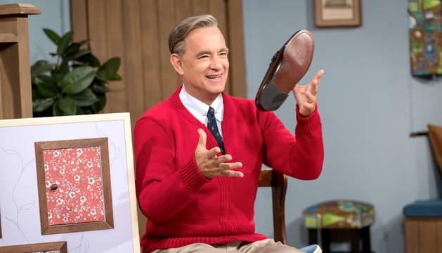 Tom Hanks, caracterizado como el icono televisivo estadounidense Fred Rogers.