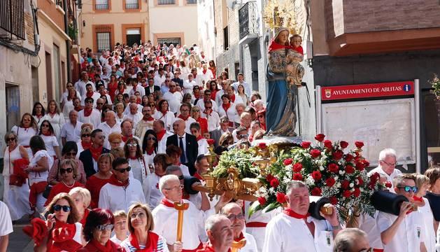 Un buen número de vecinos y visitantes arroparon ayer a la imagen de la Virgen del Rosario durante su procesión por las calles más céntricas de Ablitas.