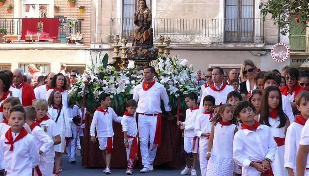 Los cirboneros no faltaron a su cita y perfectamente ataviados con la tradicional indumentaria blanca y roja, cientos de vecinos se apostaron  ayer en la puerta de la parroquia de San Juan Bautista para acompañar a su patrona, la Virgen de la Paz, en su procesión.