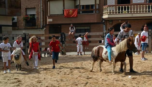El Ayuntamiento infantil, con Álex Zubicaray, de 12 años, a la cabeza, presidió las actividades del Día del Niño.