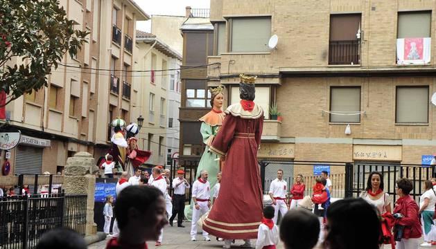 Los peralteses despidieron el domingo a sus gigantes y cabezudos con un multitudinario acto en el que también se le quito el pañuelo a la patrona.