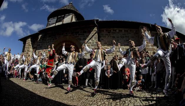 Los ochagaviarras celebraron el segundo día de fiestas con bailes de los danzantes, música de los gaiteros y una procesión a la Virgen de Muskilda.