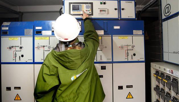 foto de Un técnico revisa el cuadro de contadores eléctricos en una comunidad de vecinos.