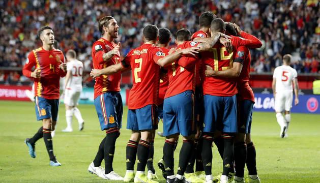 Foto de los jugadores de las selección española celebran el primer gol del encuentro clasificatorio para la Eurocopa 2020 frente a Islas Feroe.