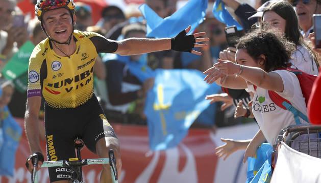 El ciclista norteamericano del equipo Jumbo-Visma, Sepp Kuss, saluda al público antes de entrar a meta.