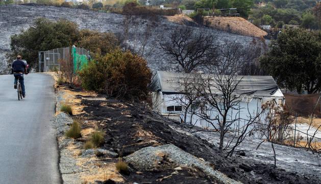 Viviendas afectadas en un paraje de El Ronquillo (Sevilla) donde se declaró un incendio forestal.