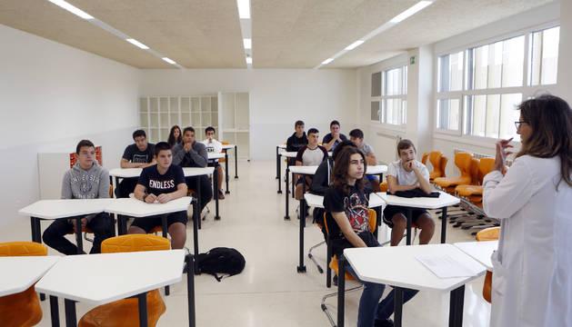 Maite Varela explica a los alumnos de Primero de Bachillerato el horario del curso en una de las aulas con mobiliario renovado, incluidas mesas y sillas y pantallas interactivas.