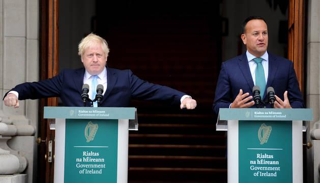 El primer ministro irlandés, junto a Boris Johnson.