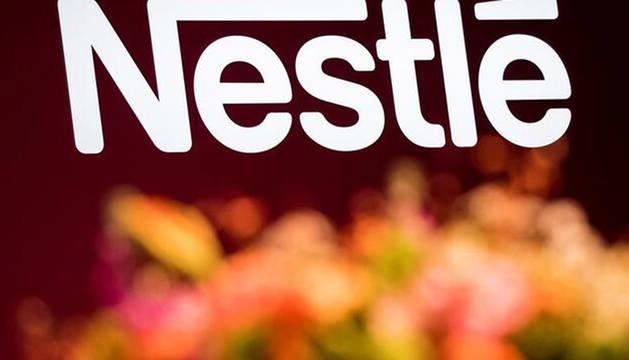 Foto del logo de Nestlé.