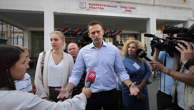 Foto del líder opositor Alexei Navalni atiende a los medios después de votar.