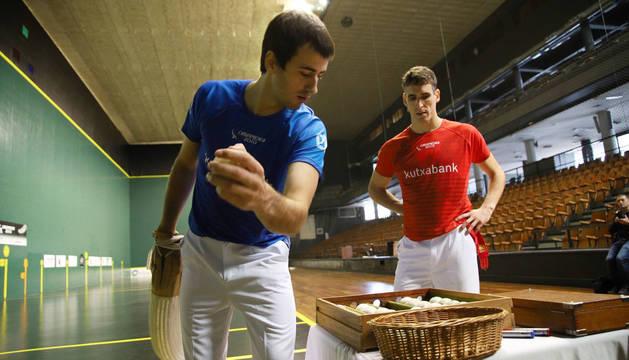 El pamplonés Javier Urriza, al fondo, asiste al apartado de material de Barrenetxea IV, su rival en la final individual de remonte.